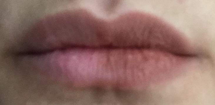 crayon contour des lèvres sur la 1/2 pour comparer avec ma couleur naturelle des lèvres